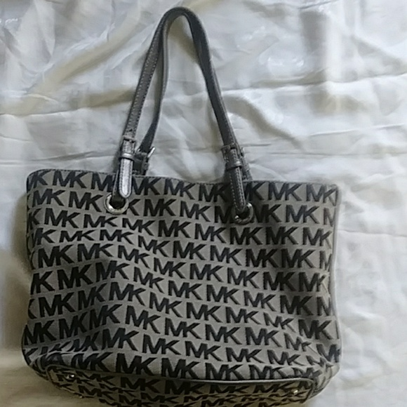 Michael Kors Handbags - Michael Kors pocketbook handbag tan black.